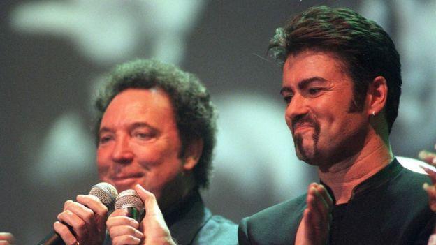 Michael (sağda) Tom Jones (solda) ile sahne alıyor