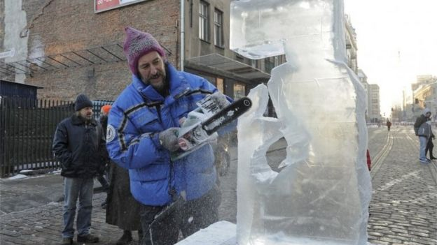 An ice-carver in the Polish capital, Warsaw, 7 January 2017