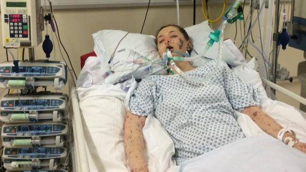 Charlene Colechin na maca do hospital