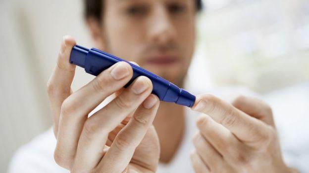 Hombre midiéndose la insulina.