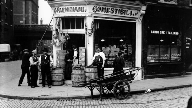 An Italian delicatessen in the Italian immigrant area of London's East End (archive photo)