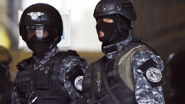 Dos agentes encapuchados