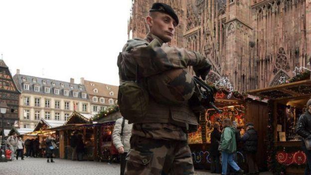 Soldado em frente à catedral de Colônia, na Alemanha