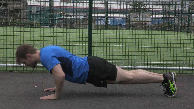 Ao flexionar os cotovelos, mantenha a postura do resto do corpo