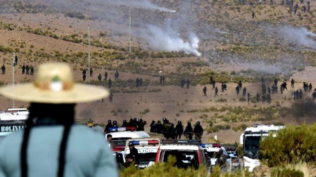 Policías y civiles enfrentándose.