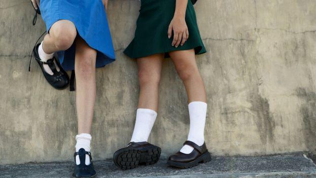niñas con uniforme de colegio