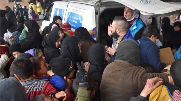 صورة سوريين فارين من القتال يتلقون مساعدات