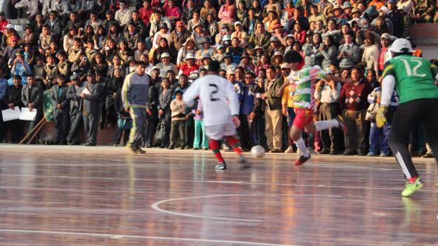 Evo Morales jugando al fútbol.
