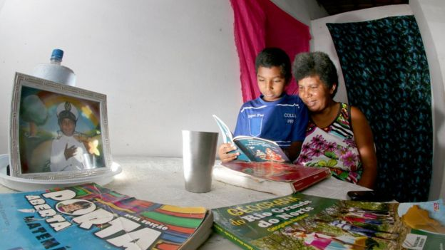 Resultado de imagem para Aos 42 anos, catadora de lixo aprende a ler com filho de 11 anos