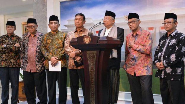 Para pemuka agama berbicara didampingi Menko Polhukam Wiranto