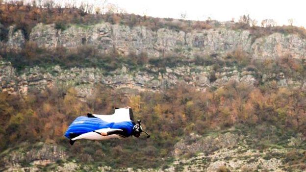 مهدی حبیبی در پرش با لباس بالدار در ارتفاعات اراک