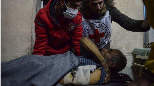 Un anciano es evacuado del este de Alepo