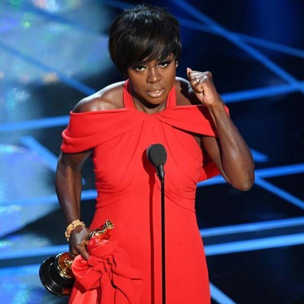 Viola Davis hablando al recibir el Oscar.