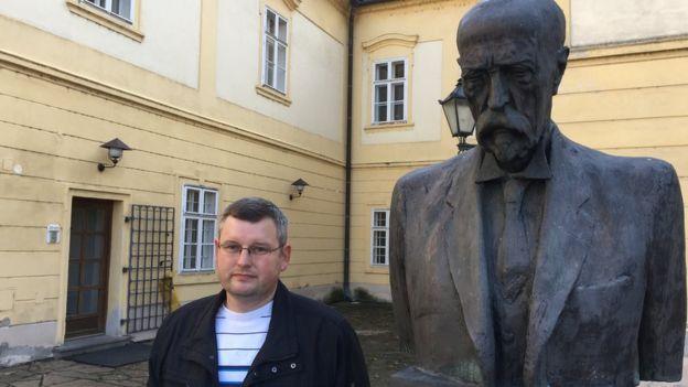 Historiador Marek Vareka junto a una estatua de Masaryk