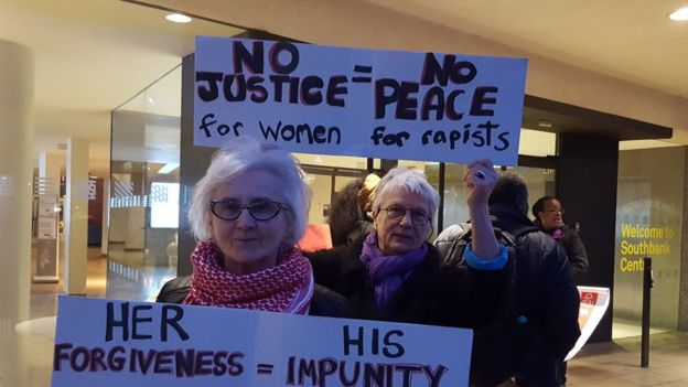 Manifestantes com cartazes