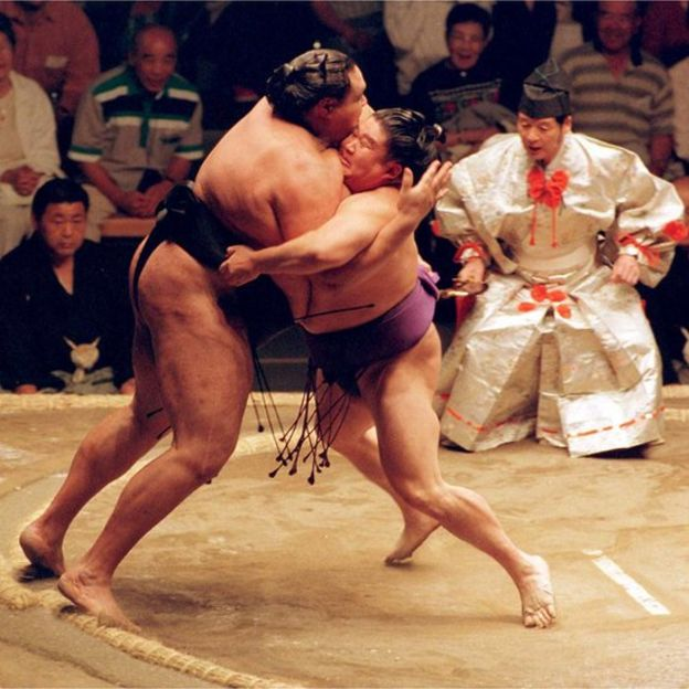 Wakanohana (R) competes against Akebono (L) at the Sumo Basho in Vancouver (file image)