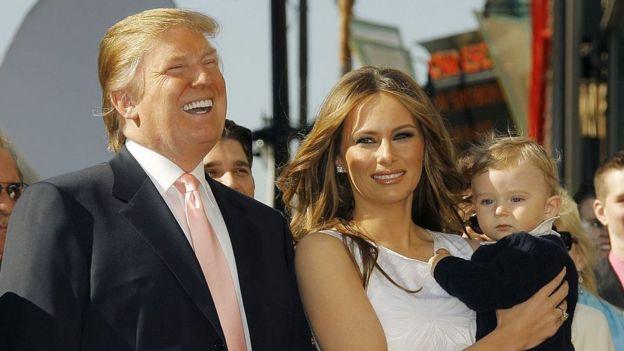 Donald Trump con su esposa Melania y su hijo Barron en 2006.