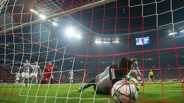 Buffon recibe un gol en un partido contra el Bayern de Munich