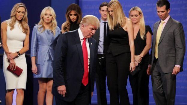 Trump alisindikizwa na familia yake baada ya mjadala kumalizika