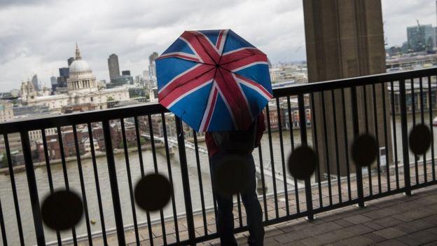 Paraguas y vista de Londres.