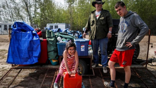 Evacuees pack up trailer at Wandering River - 6 May