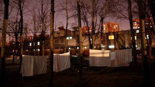 Edificios uno al lado de otro y con las luces encendidas.