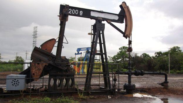 Extractora de petroleo en Lagunillas, Venezuela.