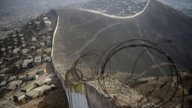 El muro de la vergüenza en Lima.