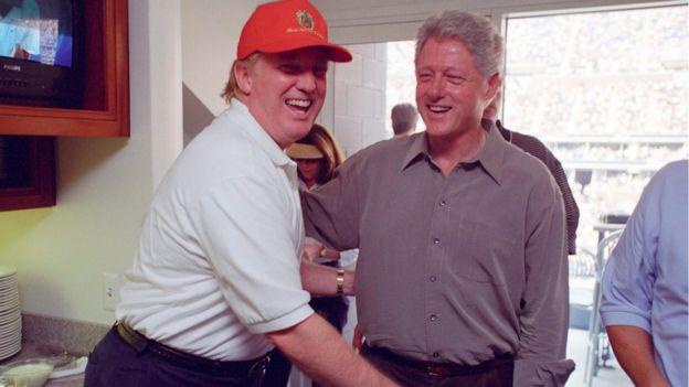 Donald Trump se ríe junto a Bill Clinton