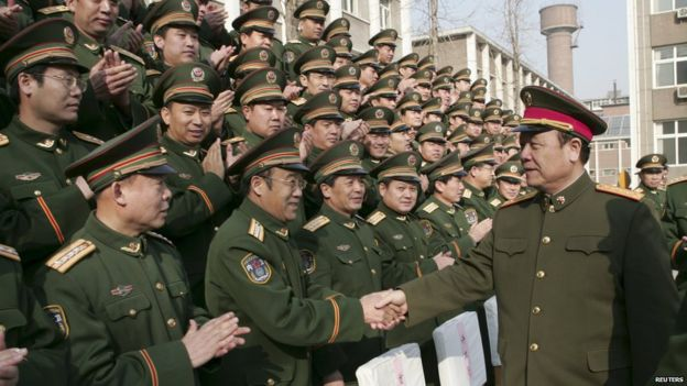 Guo Boxiong shakes hands with military officers in Shijiazhuang in 2007