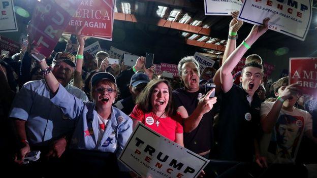 Acto de campaña de Donald Trump, con pancartas de sus seguidores.