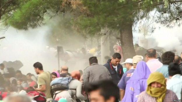 Бежанци, търсещи прикритие срещу използвания срещу гях сълзотворен газ