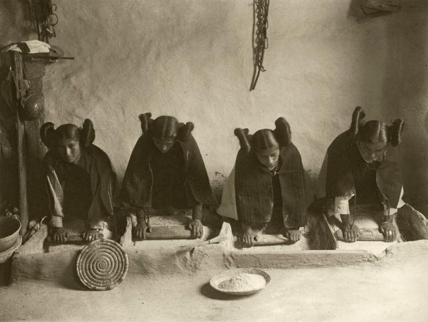 Mujeres hopi moliendo maíz
