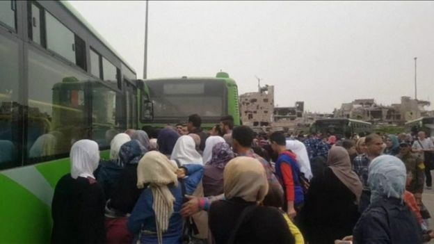 Coaches laid on by the Syrian government bring residents back to al-Qaryatain