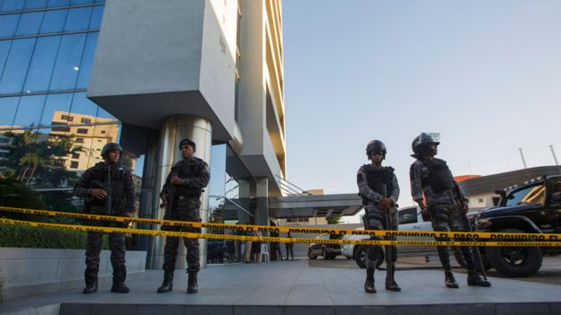 Policías frente a la sede de Odebrecht