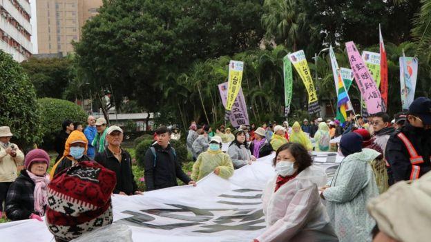 总统蔡英文致词到一半时,诉求台湾独立的政党人士冲入会场,大喊要蔡英文立即制裁加害者。