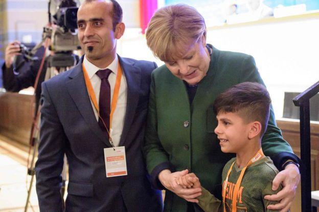 تصویری از انگلا مرکل در دیدار با پسر پناهجوی افغان