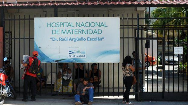 Muchas de las embarazadas con enfermedades graves llegan al Hospital de Marternidad en estado terminal, cuenta a BBC Mundo Guillermo Ortiz, quien fuera jefe del servicio de perinatología de ese centro por 20 años.