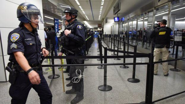 Área do aeroporto internacional de São Francisco que é destinada à verificações de segurança