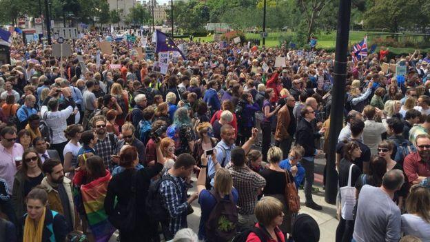 Этот марш протеста стал крупнейшим после судьбоносного референдума 23 июня, на котором британцы проголосовали за выход страны из ЕС