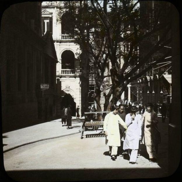 由皇后大道中下望畢打街,左方的郵政局及高等法院(現為華人行),右方為鐘塔,其前的香港大酒店現為中遠大廈及置地廣場。