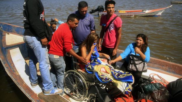 María Felinda Ojeda, habitante de Toas, regresa en barca a la Isla de Toas.