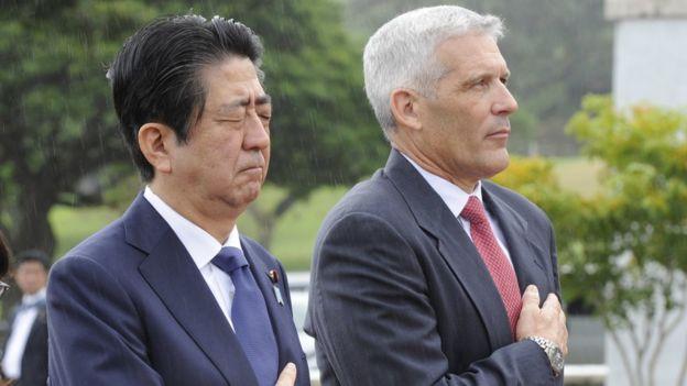 El primer ministro de Japón (izq.) Shinzo Abe, visita el Cementerio Nacional del Pacífico, en Hawái, en compañía de James Horton, director del monumento.