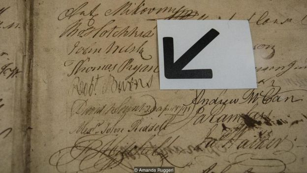 Böyük Loja muzeyində sərgilənən bir siyahıda, məşhur mason Robert Burns-in imzasını görmək mümkündür
