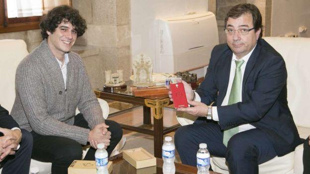 El presidente de la Junta de Extremadura, Guillermo Fernández Vara, en noviembre de 2015 con Unai Nieto (izquierda).