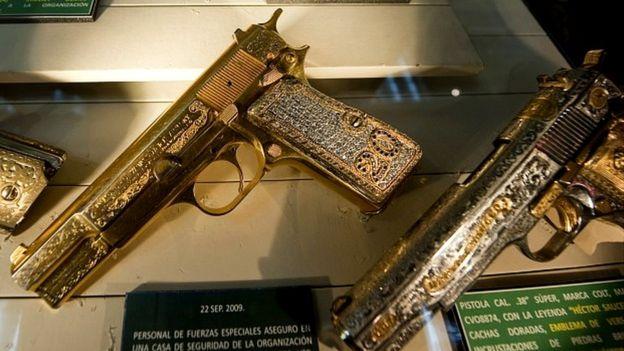 Pistola enchapada en oro