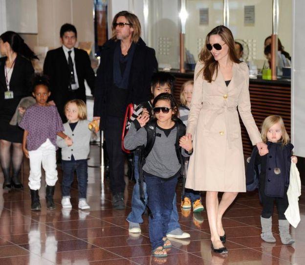الممثلان برفقة أبنائهما الستة