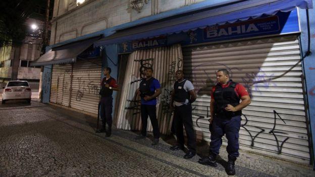 Seguranças privados diante de uma loja no centro de Vitória em 7 de fevereiro de 2016