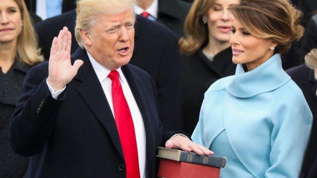 Donald Trump jura sobre dos Biblias como presidente de Estados Unidos.