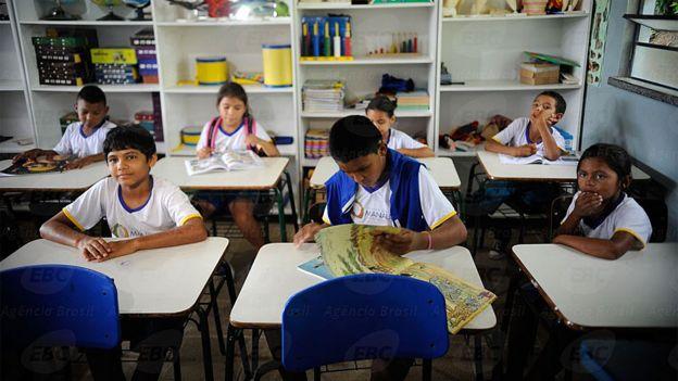 Crianças ribeirinhas estudam em uma escola de Manaus, no Amazonas